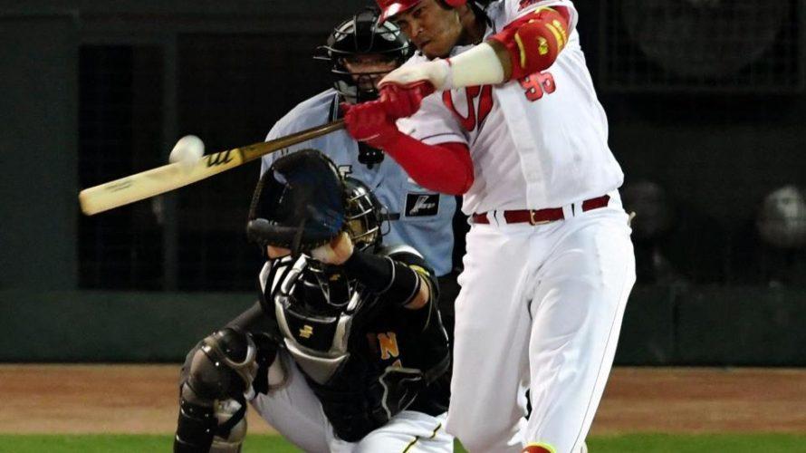 バティスタのパワーとクレバーさに脱帽。西川龍馬に1番打者の適性を感じたセーフティバント